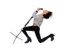 Schöner junger emotionaler Schwermetallsänger mit dem Mikrofon-Gesang Lizenzfreie Stockfotografie