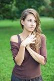 Schöner junger Frühling Brunette, der draußen aufwirft. Stockfotografie