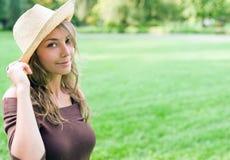 Schöner junger Frühling Brunette, der draußen aufwirft. Lizenzfreie Stockfotografie