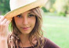 Schöner junger Frühling Brunette in der Natur. Stockfotos