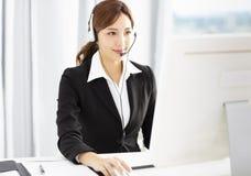 Schöner junger Geschäftsfraubetreiber im Kopfhörer stockfotos