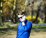 Schöner junger Geschäftsmann, der am Telefon spricht Stockfoto