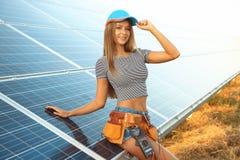 Schöner junger Ingenieur nahe Sonnenkollektoren lizenzfreie stockfotos