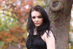 Schöner junger kaukasischer Brunette draußen im Herbst Stockfotos