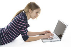Schöner junger Kursteilnehmer, der einen Laptop verwendet Stockfotos