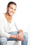 Schöner junger lächelnder Mann gegen weißes backgrou Stockfotografie