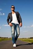 Schöner junger Mann draußen auf der Straße Stockfotografie