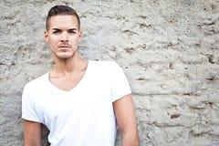 Schöner junger Mann draußen im weißen zufälligen shir stockfotos