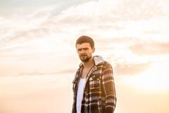 Schöner junger Mann in einer warmen Jacke lizenzfreie stockbilder