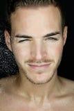 Schöner junger Mann mit nassem Gesicht Stockfotografie