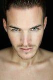 Schöner junger Mann mit nassem Gesicht Stockbild