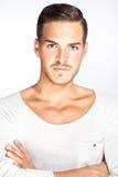 Schöner junger Mann mit weißem Hintergrund Stockbilder