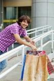 Schöner junger Mann nach dem Einkauf Lizenzfreie Stockfotografie