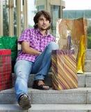 Schöner junger Mann nach dem Einkauf Stockfoto