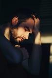 Schöner junger Mann traurig und deprimiert Stockbild