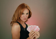 Schöner junger Redhead mit Spielkarten Stockfoto