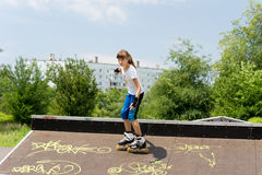 Schöner junger Rollenschlittschuhläufer Stockfoto