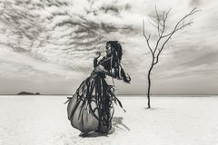 Schöner junger stilvoller Stammes- Tänzer Frau im orientalischen Kostüm stockfotografie