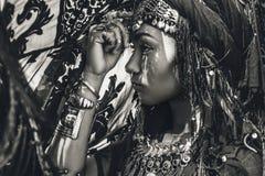 Schöner junger stilvoller Stammes- Tänzer Frau im orientalischen Kostüm stockbild