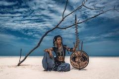 Schöner junger stilvoller Stammes- Tänzer Frau im orientalischen Kostüm stockfoto