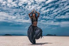 Schöner junger stilvoller Stammes- Tänzer Frau im orientalischen Kostüm, das draußen tanzt stockbilder