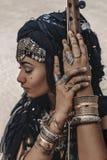 Schöner junger stilvoller Stammes- Tänzer Frau im orientalischen Kostüm draußen lizenzfreie stockbilder