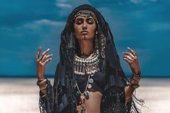 Schöner junger stilvoller Stammes- Tänzer Frau im orientalischen Kostüm draußen stockbild