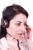 Schöner junger Telefonist, der über einen Kopfhörer spricht Stockbild