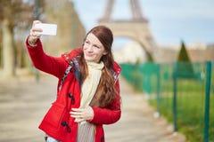 Schöner junger Tourist in Paris, das selfie nimmt Lizenzfreie Stockbilder