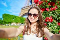 Schöner junger Tourist in Paris, das selfie nimmt Stockbild