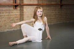 Schöner junger und begabter Tänzer, der an einem Tanzstudio aufwirft stockfotografie