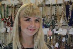 Schöner junger Verkäufer im Shop Stockfotografie