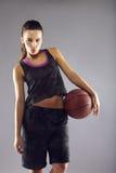 Schöner junger weiblicher Basketball-Spieler Lizenzfreie Stockfotos