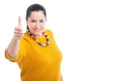 Schöner junger weiblicher darstellender Daumen oben Lizenzfreie Stockfotografie