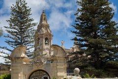 Schöner Kalksteintorbogen vor der Naxxar-Gemeindekirche, angesehen von Palazzo Parisio, Naxxar, Malta, Europa Juni 2016 Lizenzfreie Stockbilder
