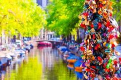 Schöner Kanal in der alten Stadt von Amsterdam, die Niederlande, Nordholland Provinz Stockfotos
