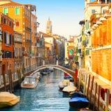 Schöner Kanal und Brücke in Venedig stockbild