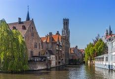 Schöner Kanal und traditionelle Häuser in der alten Stadt von Brügge stockfotos