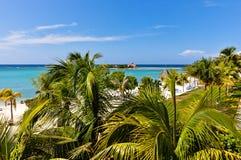 Schöner karibischer Strand mit sunbeds Stockfoto