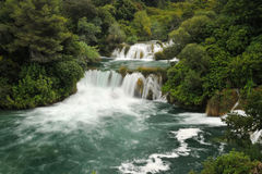 Schöner Kaskadenwasserfall von der Vorderansicht Lizenzfreies Stockbild