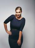 Schöner Kaukasier plus Größenmodell im dunkelblauen Kleid Stockbild
