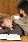 Schöner kaukasischer Junge mit seiner Mutter lizenzfreie stockbilder