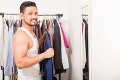 Schöner Kerl, der zu Hause angekleidet erhält lizenzfreies stockfoto