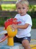 Schöner kleiner Junge des blonden Haares am Spielplatz Stockfotografie