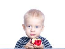 Schöner kleiner Junge mit dem blonden Haar und den blauen Augen Stockfotografie