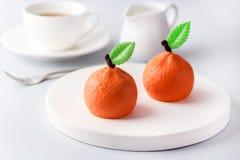 Schöner kleiner Kremeis-Kuchen in Form Zitrusfrucht-Mandarinen-geschmackvolles modernes Nachtisch-Gebäck-des weißen blauen Hinter Lizenzfreies Stockbild