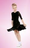 Schöner kleiner Tänzer in einem schwarzen Kleid Stockbild