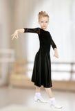 Schöner kleiner Tänzer in einem schwarzen Kleid Stockfotos