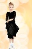 Schöner kleiner Tänzer in einem schwarzen Kleid Lizenzfreies Stockfoto