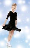 Schöner kleiner Tänzer in einem schwarzen Kleid Stockbilder